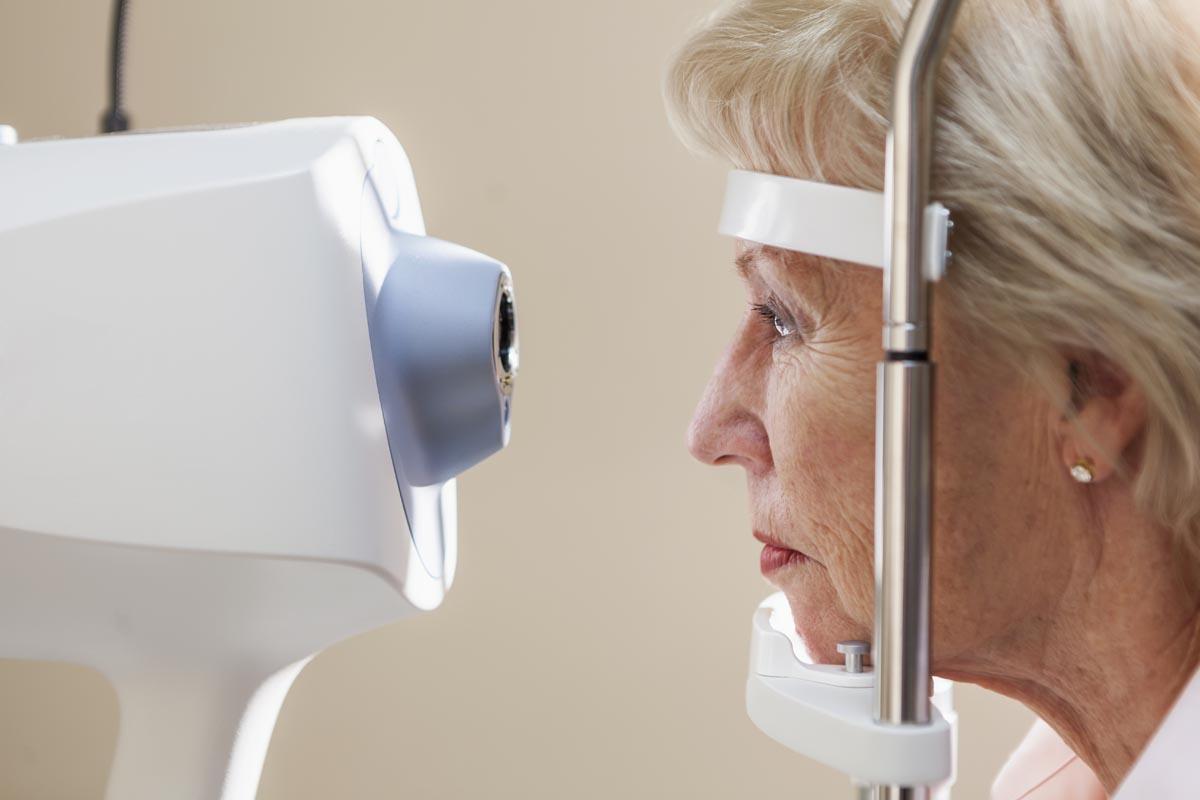 Algemeen oogonderzoek (vooronderzoek) bij Worldeye - Dame tijdens oogmeting
